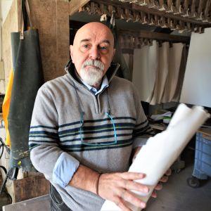 Federico Salvatore, en skallig äldre man, står med en bunt papper i handen. Han är egentligen pensionerad pappersmästare, men kom precis hem från en resa till Kanada. Intresset för handgjort papper är stort utanför Italien.