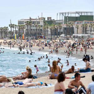 På badstranden Barcenoleta, i Barcelona, var det rätt fullt i går, den 6 juni.