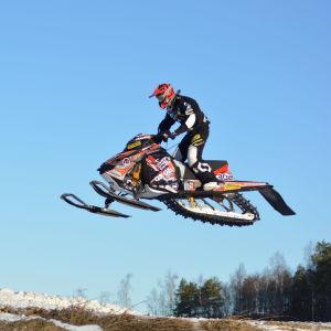 Viktor Hertén flyger fram på träningsbanan i Vexala.