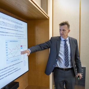 Rahoitusjohtaja Mika Itänen esittelee kaupungin talousarviota.