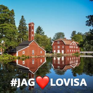 En vacker vy över röda hus och vatten, texten #jag❤️lovisa längst ner i högra hörnet