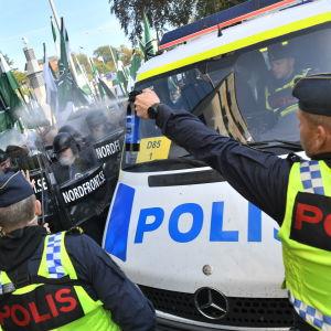 Polisen stoppade demonstranterna när de försökte välja en ny rutt.