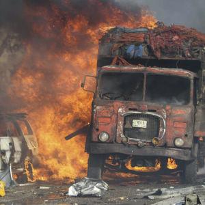 En lastbil och en personbil brinner.
