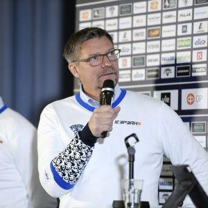 Jukka Jalonen pratar.