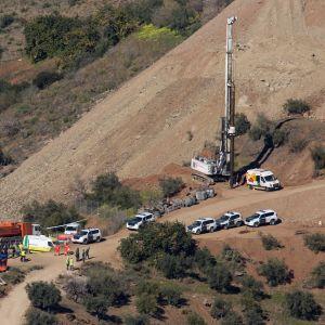 Tunga arbetsredskap och räddningspersonal vid borrhålet i närheten av Malaga.