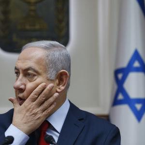 Benjamin Netanyahu ser bekymrad ut.