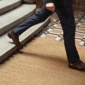 Virkamies laskeutuu portaita