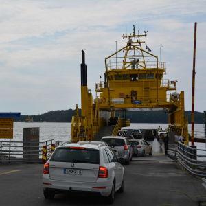 Bilar kör ombord färja på Lillmälö färjfäste.