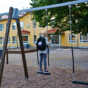 Skolelev gungar på skolgården