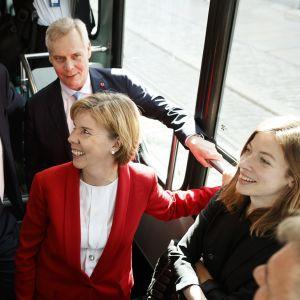 Juha Sipilä, Antti Rinne, Anna-Maja Henriksson och Li Andersson åker spårvagn efter avslutade regeringsförhandlingar.