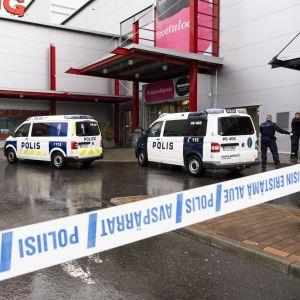 Polisbilar utanför köpcentret i Kuopio där våldsdådet ägde rum på ett yrkesinstitut i byggnaden.