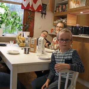 Tepposen perhe istuu kahvipöydässä