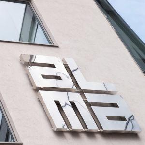 Alma median logo seinässä.