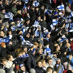 Finländska fotbollsfans.