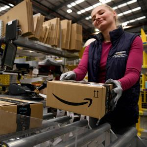 En anställd vid näthandeljätten Amazon packar paket i Peterborough i östra England den 27 november 2019.