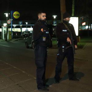 Poliser med vapen ute på gatan i Tyskland efter att 10 personer skjutits ihjäl i Hanau.