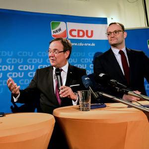 Friedrich Merz, Armin Laschet ja Jens Spahn tiedotustilaisuudessa syksyllä 2018