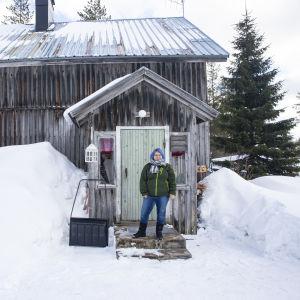 Saara Tolonen talonsa rappusilla.