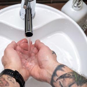 Mies pesee käsiä.