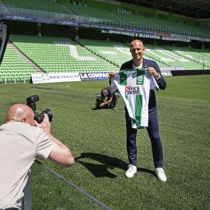 Arjen Robben håller i Groningentröjan för kameramän.