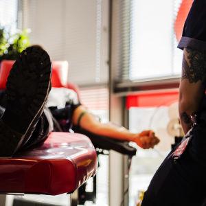 En person som donerar blod.