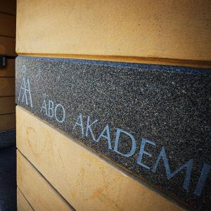 En skylt med Åbo Akademis logo.