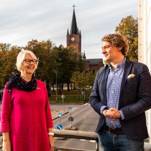 Arja Isotalo och Otto Andersson vid Lovisa torg.