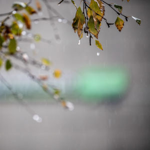 Psykoterapiakeskus Vastaamon kyltti sateisena päivänä.