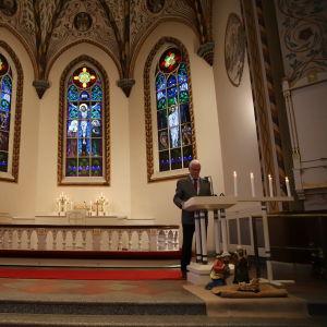 Esa Jokinen lukee Forssan kirkossa evankeliumia Forssan murteella