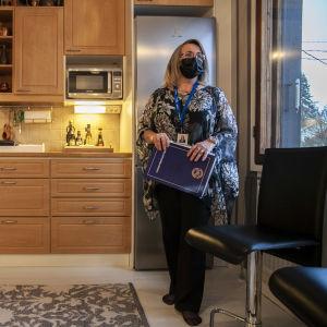 Tiina Viljakainen konttorinjohtaja, myytävän talon luona