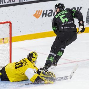 Jesse Joensuu gör mål på straff.