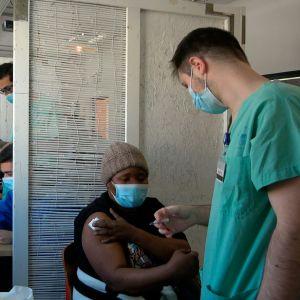 Kvinna får vaccin mot covid-19 i Israel.
