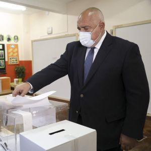 Bulgariens premiärminister och partiet GERB:s ledare Boyko Borisov röstar i valet
