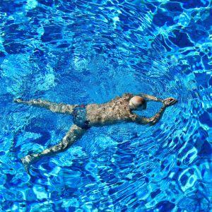 Uimari uimastadionilla altaassa.