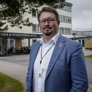 Mika Salminen står framför Institutet för hälsa och välfärd