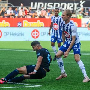 HJK:s Valtteri Moren försöker hålla koll på Malmös Antonio Colak.
