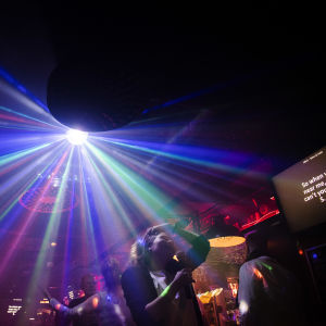 Människor som dansar under strålkastarljus på en nattklubb.