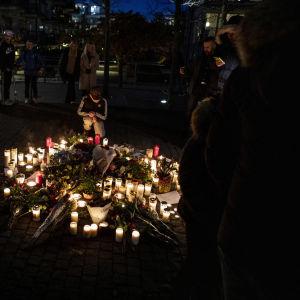 Kynttilöitä surmapaikalla Tukholmassa.