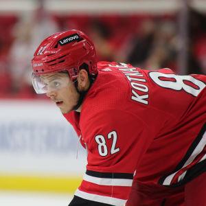 Jesperi Kotkaniemi spelar ishockey i Carolina.