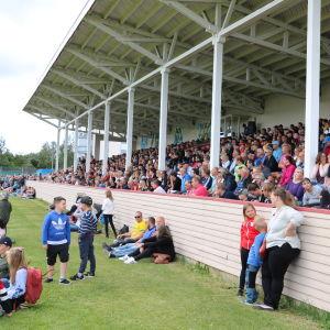Hundratals människor följer med en fotbollsmatch i Närpes.