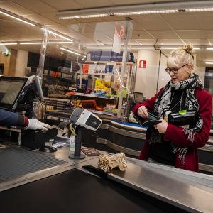 Kuvassa Helsingissä Sörnäisten Lidlissä asioi Minna Heikurinen 29. lokakuuta 2020.