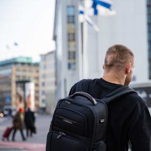 Mikko Huttunen ylittää suojatietä Kampissa.
