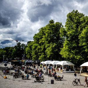 Vy över uteserveringen vid Åbo domkyrka, med många bord och stolar.