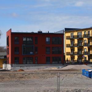 rött och gult nytt trähus vid Slottsfältet