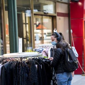 Hengityssuojaa käyttävä nainen helsingin keskustassa 25. maliskuuta.