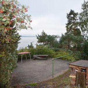 Terrassen vid Villa Kolkko på Runsala, med utsikt över Erstan.