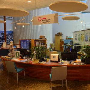Pargas servicepunkt och turistinformation, en disk med två stolar framför.