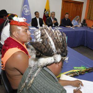 Ett förhandlingsbord; till vänster i bilden syns en delegation från landets urinvånare, i mitten landets president Lenin Moreno.