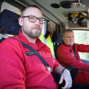 Ensihoitaja Marko Mikkonen ja sairaankuljettaja Marko Lahtinen istuvat ambulanssissa.