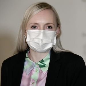 Inrikesminister Maria Ohisalo (Gröna) höll presskonferens den 19 november 2020. Hon bär munskydd på bilden.